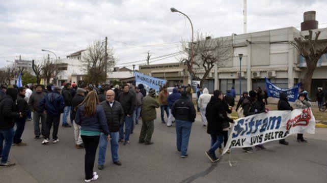 Corte y Protesta.. Municipales se manifestaron frente a la Intendencia.