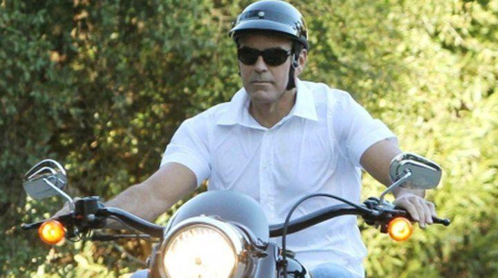 George Clooney tuvo un accidente con su moto en Cerdeña