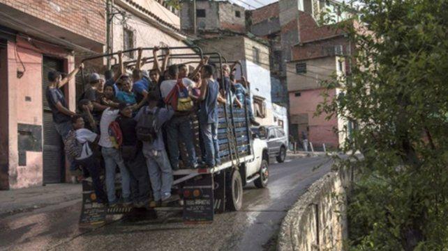 Colapso. Venezolanos viajan hacinados e inseguros en camiones jaula.