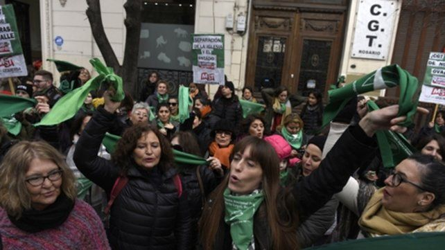 Protesta en el centro. Los lienzos verdes enmarcaron la sede de la CGT rosarina. Hubo corte de tránsito .en Córdoba al 2000.