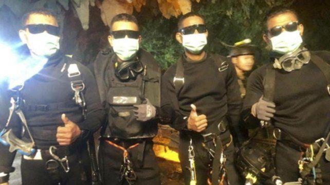 Al fin. Los miembros de la Armada tailandesa salen de la gruta al completar el último de los operativos.
