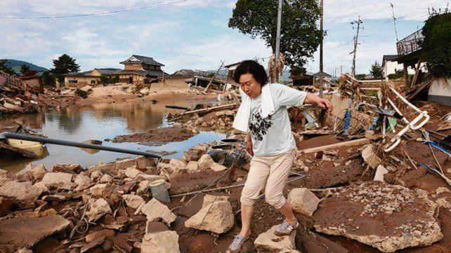 Equilibrio. Una residente de Kurashiki camina entre los escombros.