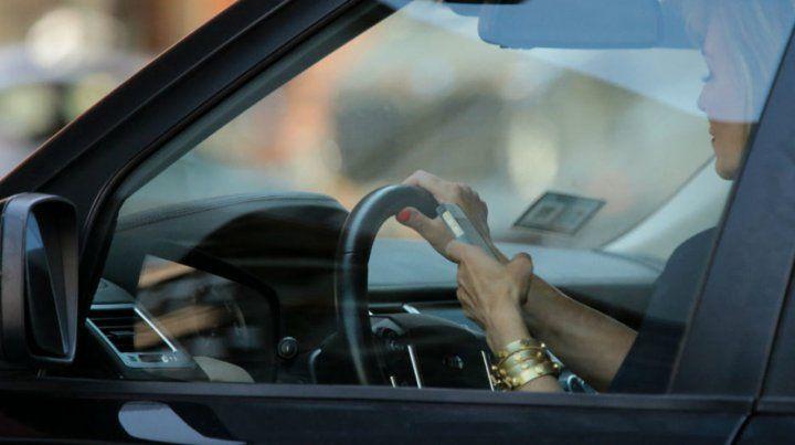 Usar el celular manejando es la infracción más común