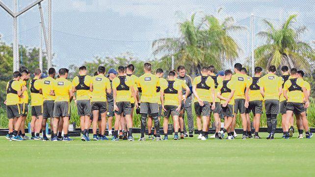 Grupo. Bauza charla con los jugadores en una de las tantas jornadas de trabajo en Costa Rica. El Patón volvió conforme.