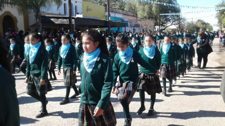 Polémica por un colegio que hizo marchar a sus alumnos con pañuelos celestes