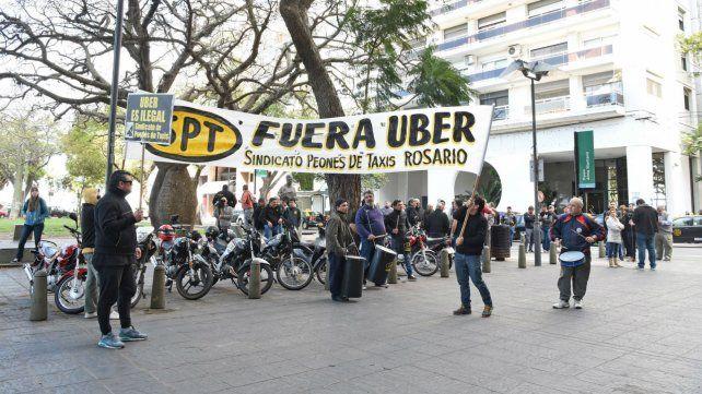 Los taxistas en una de las manifestaciones en contra de Uber en Rosario.