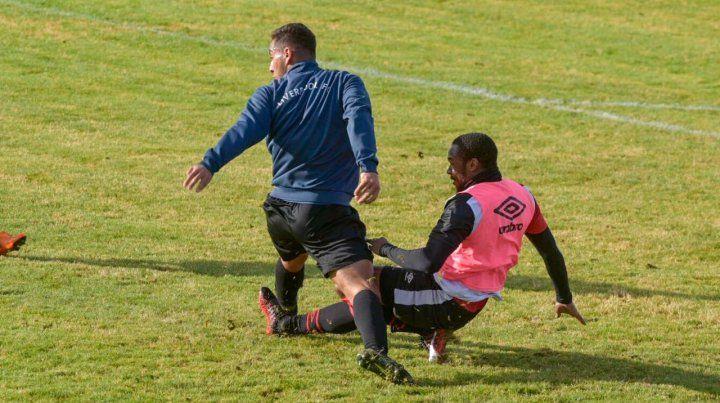 Leal debió salir por un golpe en el tobillo en el amistoso de Newells ante Liverpool