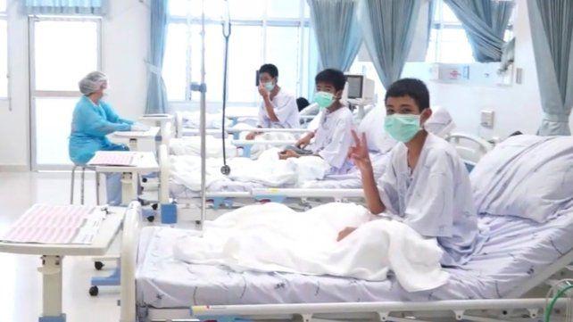 Cómo fue el reencuentro de los chicos de Tailandia con sus papás