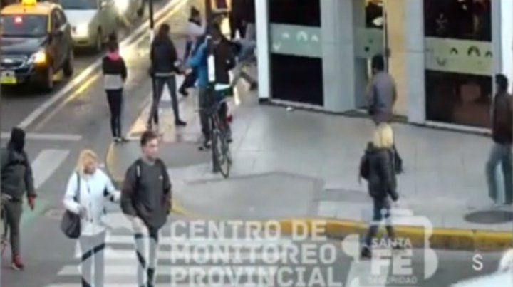 El video que muestra cómo un policía de civil reduce a tres trapitos que intentaron robarle su celular