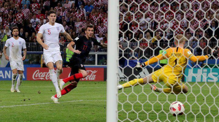Mandzukic remata cruzado y convierte el gol decisivo para que Croacia sea finalista.