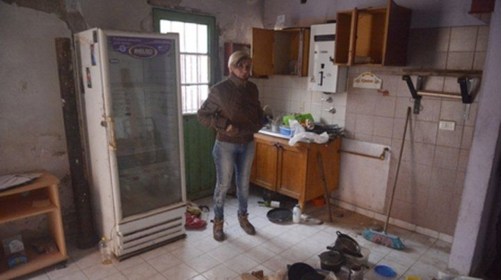 Vacía. Así quedó la cocina comedor de la casa de Elvia Ojeda tras el paso fugaz de los ladrones.
