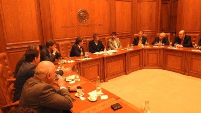 Exposición. El titular de la Superintendencia de Seguros y los referentes de Adira se reunieron con empresarios en la Bolsa de Comercio de Rosario.
