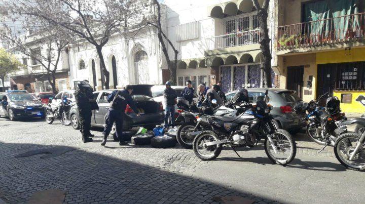 La policía durante el procedimiento realizado en Maipú al 2100.