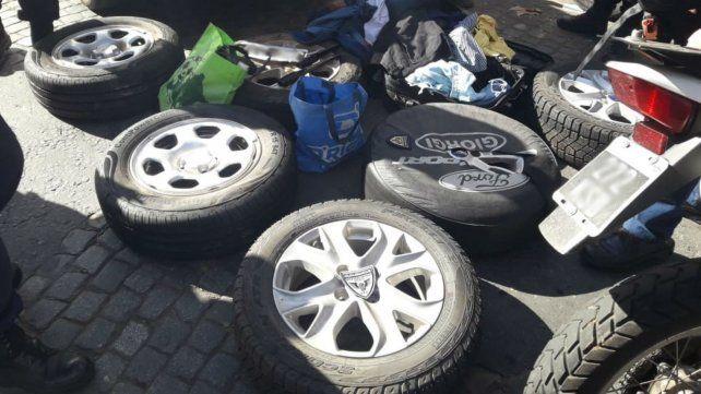 Las ruedas secuestradas en poder del sospechoso.