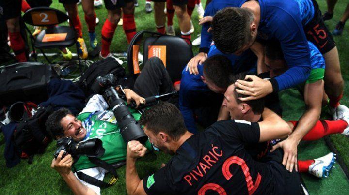 Las imágenes que tomó el fotógrafo que fue derribado en el gol de Croacia