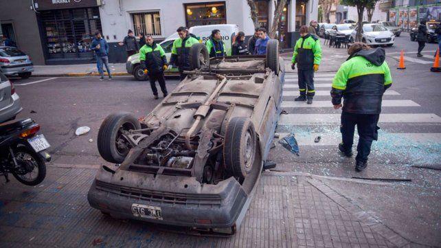 """""""Patas para arriba"""". El R11 volcó por el violento impacto."""