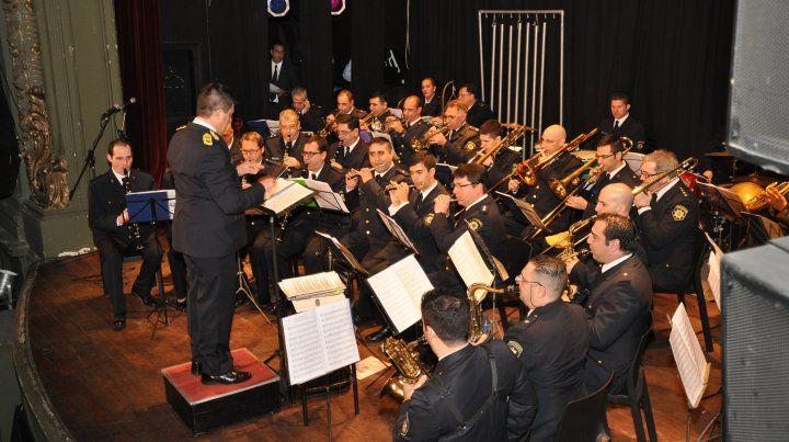 El maestro Javier Iacobellis dirigiendo a la Banda Sinfónica de la Policía de Rosario.