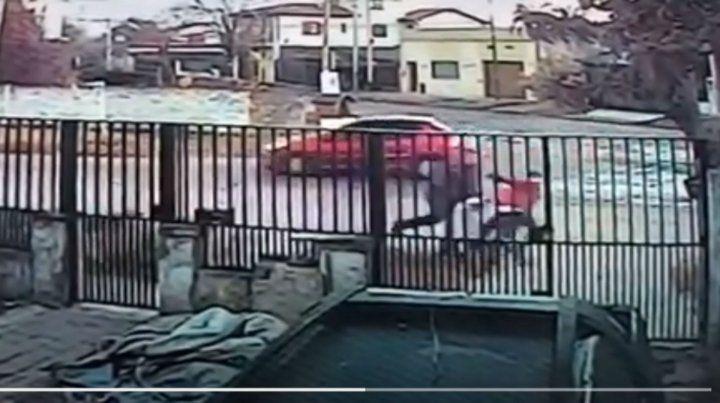 La mujer es arrastrada por dos hombres que tratan de llevarla por la fuerza a una Peugeot Partner blanca que está a metros del hecho. (Foto: captura de video)