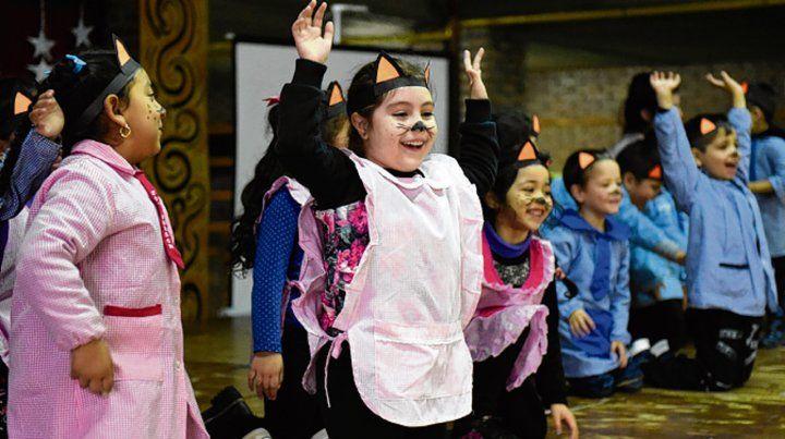 La canción de Dos Gatos interpretada por nenas y nenes de jardín.