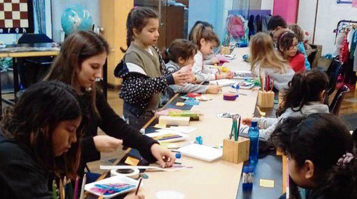 Juegos de pintura y lecturas en la Biblioteca Estrada.