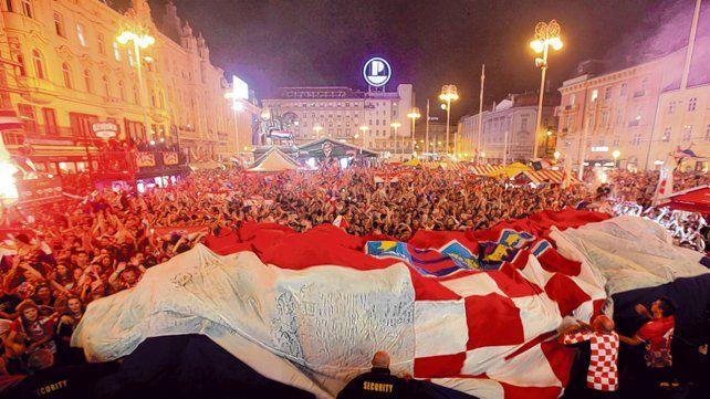 Carnaval croata. Las calles y plazas de Zagreb se llenaron de gente tras la clasificación a la final del Mundial.