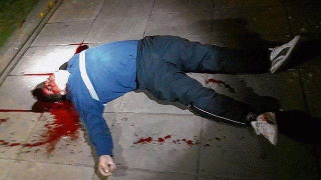 Víctima. Cristian Díaz yace asesinado en la acera del complejo Samoré.