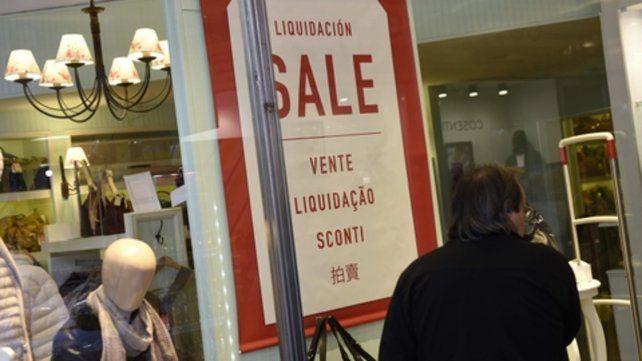 En todos los idiomas. En una vidriera céntrica buscaron alternativas para atraer a los clientes con las ofertas.