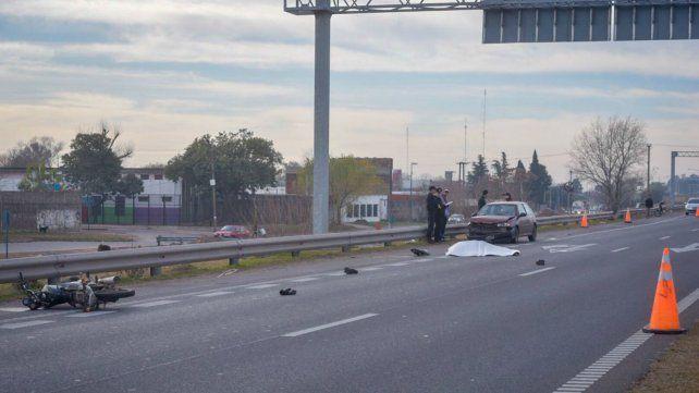 El motociclista murió en el acto tras ser arrollado por el camión.