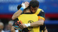El Patón consuela a un compañero tras la derrota ante Francia.