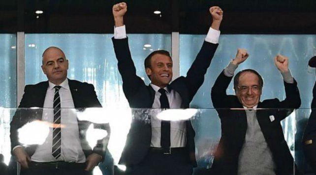 Macron (centro) en el partido Francia-Bélgica