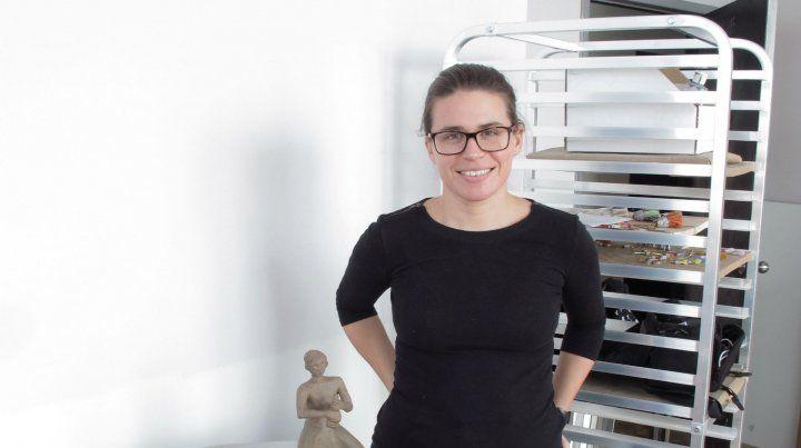 Taller. Inés Marcó y una pieza suya dedicada a la escultura de Fontana.