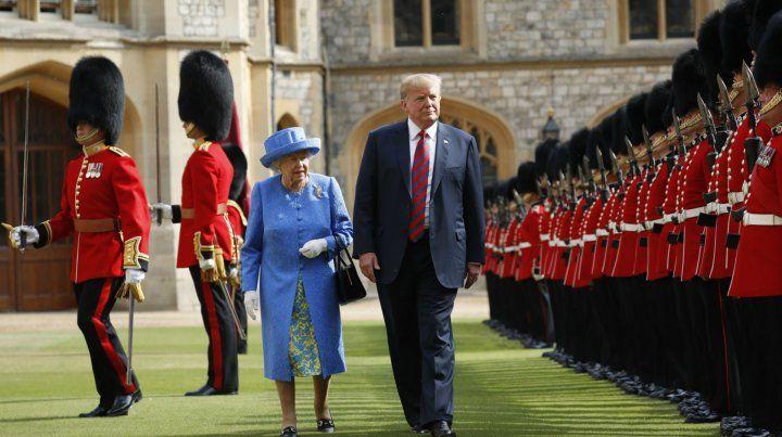 Paseo real. Isabel II pasa revista a la guardia de honor acompañada por Trump