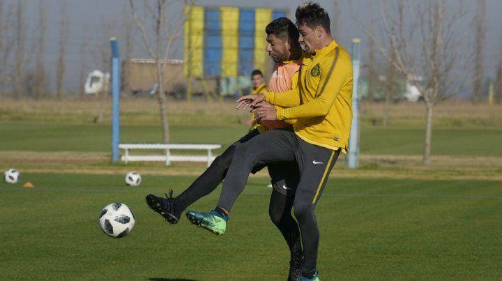 Luchan por la pelota. Ortigoza y Zampedri hoy serán titulares ante Argentino.