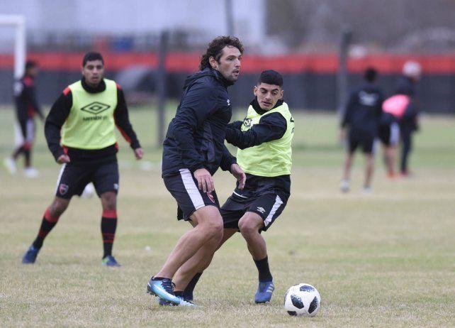 A la cancha. Fontanini y Rivero disputan un balón en el entrenamiento. Hoy ambos compartirían equipo en la Copa Santa Fe