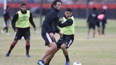 A la cancha. Fontanini y Rivero disputan un balón en el entrenamiento. Hoy ambos compartirían equipo en la Copa Santa Fe, frente a Unión en el estadio 15 de Abril.