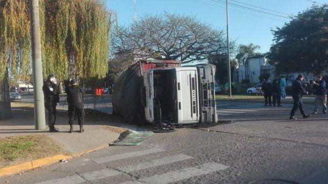 Un conductor alcoholizado protagonizó un violento choque que terminó con un camión volcado