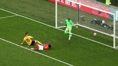 Tomas Meunier empuja el balón al fondo del arco inglés y pone en ventaja a Bélgica.