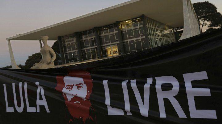 Con Lula preso y fuera de carrera