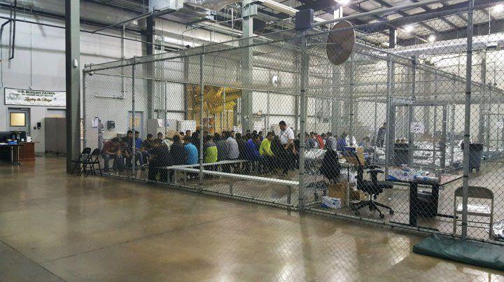 Celdas. Menores alojados en un centro de acogida temporal en Texas.