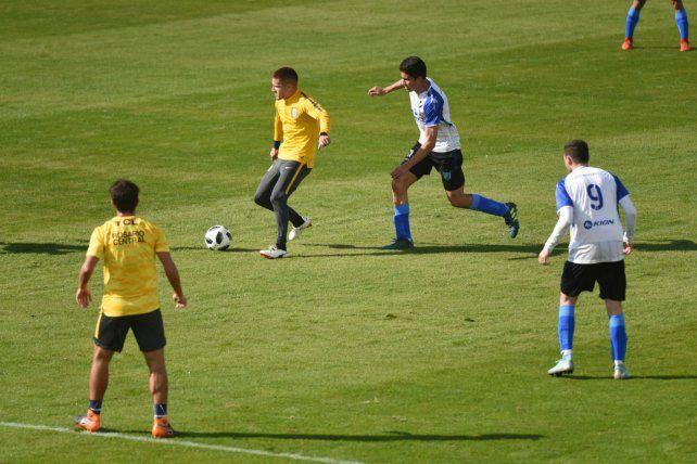 El pie encendido. Leonardo Gil sigue marcando la diferencia de pelota parada. Ayer anotó un golazo.