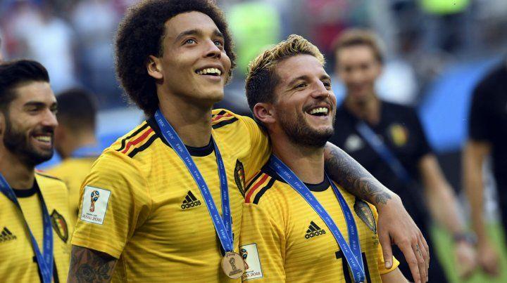 Felices. Axel Witsel y Dries Mertens celebran con orgullo el tercer puesto obtenido en Rusia. Bélgica dejó de ser una promesa en el Mundial al desempeñar un gran papel.