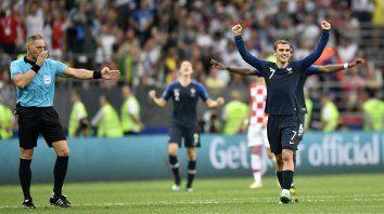 Pitana marca el final del partido y Griezmann festeja el tìtulo mundial.