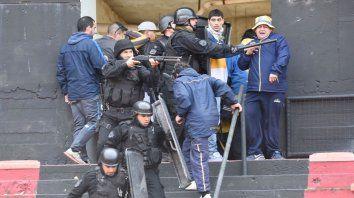 Los hinchas de Central fueron desalojados del estadio por incidentes