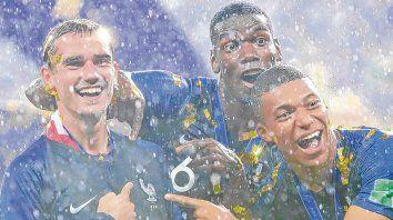 Trío de oro. Griezmann, Pogba y Mbappé en plena celebración, bajo la lluvia y una felicidad desbordante por la conquista.