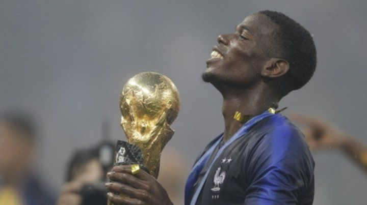 Bien merecido. El trofeo está en manos de una de las figuras del equipo francés