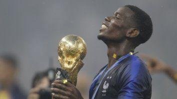 Bien merecido. El trofeo está en manos de una de las figuras del equipo francés, el mediocampista Paul Pogba.