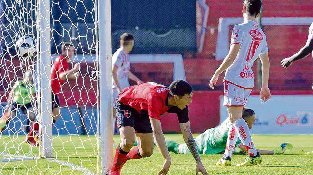 Primer grito. El delantero ya empujó la pelota al fondo del arco y comienza a festejar el tanto del descuento contra Unión por Copa Santa Fe. El juvenil sacó un aprobado.