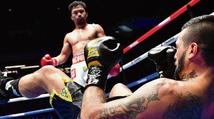 A la lona. Matthysse ya recibió el golpe que lo desestabilizó y que decretó el KO técnico.