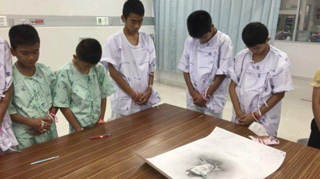 Homenaje. Los niños muestran su dolor ante la imagen del héroe.