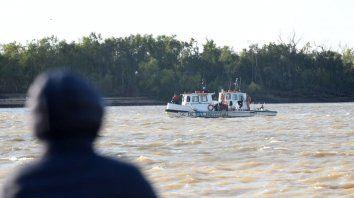 Prefectura busca a los desaparecidos en el río.